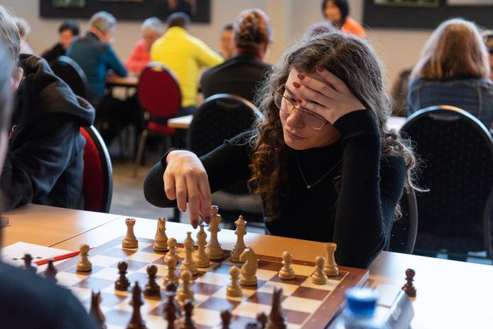 Aanstormend talent Robin Rouson in een spannende partij met Nederlandse kampioene Iozefina Paulet.