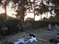 Afgebroken takken vernielen twee graven op kerkhof van Nicolaaskerk