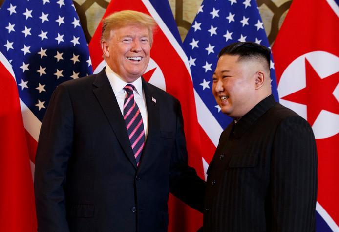 De Amerikaanse president Donald Trump met de Noord-Koreaanse leider Kim Jong-un tijdens de recente ontmoeting tussen de twee in Hanoi.