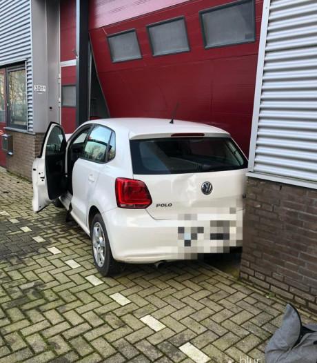 Auto ramt roldeur bij crash op bedrijventerrein Wijchen