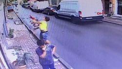 Tiener vangt vallende peuter recht in zijn armen