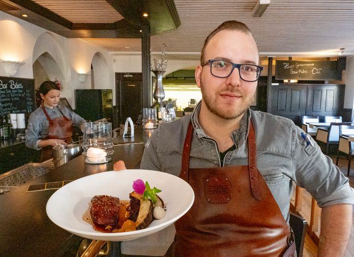 Nando van As kan zijn culinaire creativiteit in brasserie De Cleenne Mossel helemaal kwijt. Op de achtergrond Tara van der Spek achter de bar