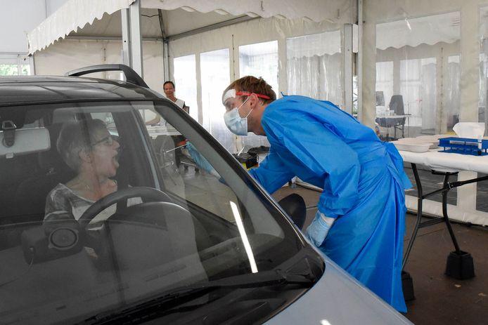 Uitzendkracht Vincent Monsuur neemt een coronatest af in de nieuwe teststraat in Woerden.