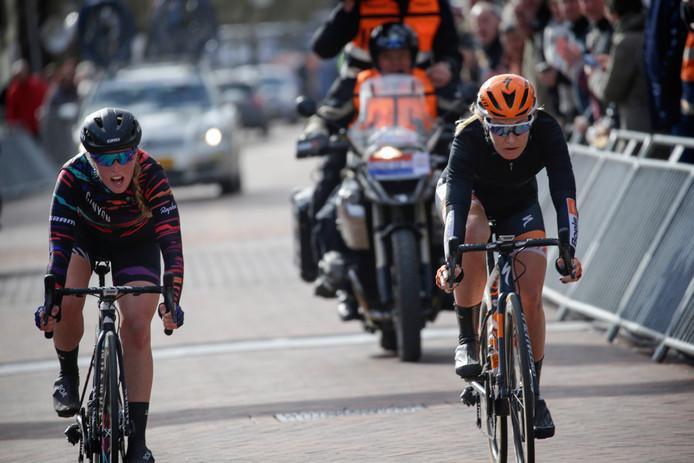 Amy Pieters (r) en Barnes Alice (l) na de finish van de tweede etappe van de Healthy Ageing Tour.