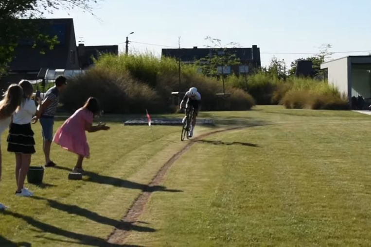 Jenno Berckmoes (19) uit Sint-Lievens-Houtem verdubbelde het wereldrecord fietsen in de tuin net niet.