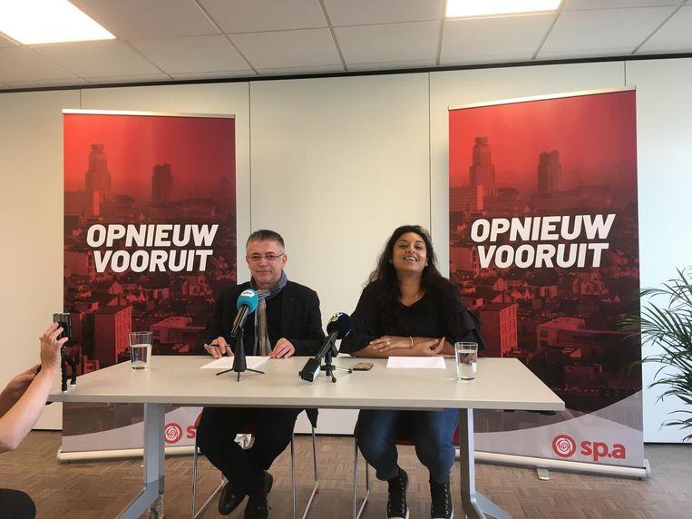 Karl Apers naast lijsttrekker Jinnih Beels op de persconferentie.
