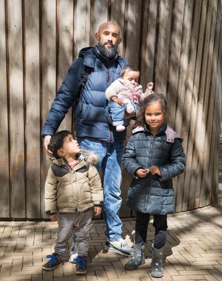 Fernando Tump (37) met zijn kinderen Camila (5), Fince (2) en Olivia (8 maanden), uit Amsterdam. Beeld null
