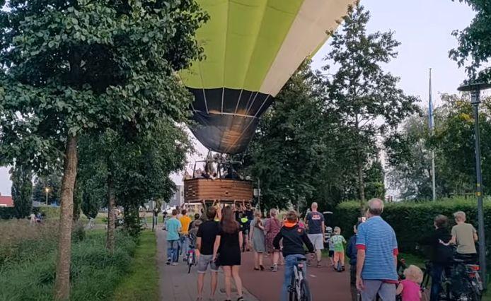 Buurtbewoners van de wijk waarin de ballon landde, hielpen de mensen in het mandje een handje.