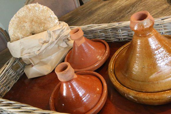 De maaltijden worden geserveerd in een mandje met tajines.