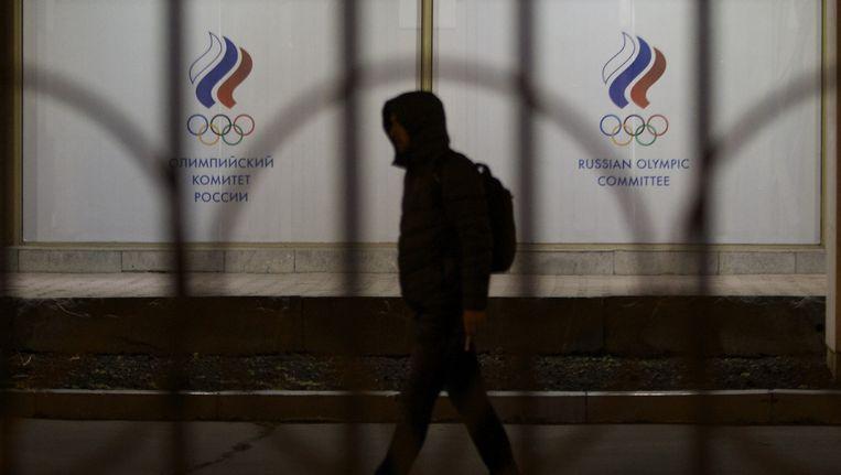 Een man loopt voorbij het gebouw van het Russische NOC in Moskou. Beeld ap