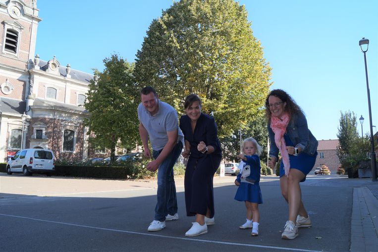 Andy Van de Steene, Katrien Bethuyne, Eva De Smet, Filip Ledoux en Tom Thys (die laatste twee zijn verontschuldigd voor de foto) organiseren de eerste editie van'Briek Loopt'. De kleine Ann-Margaux Van de Steene (3) mocht ook mee op de foto.
