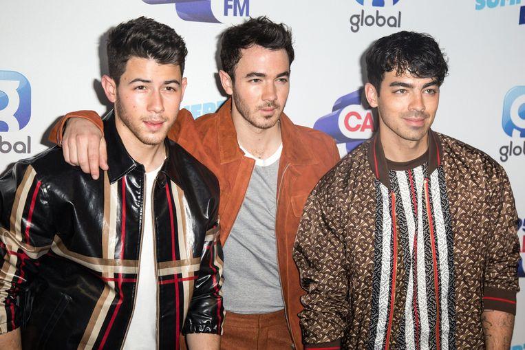 Het vrijgezellenfeest van Joe Jonas (rechts) werd behoorlijk wild: de politie moest drie keer langskomen.