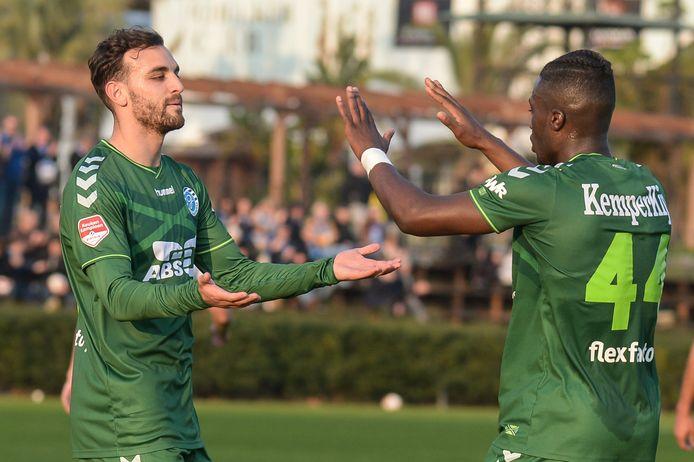 Giannis Mystakidis (l) ontvangt de felicitaties van Leeroy Owusu na zijn doelpunt in het oefenduel met Europa FC.