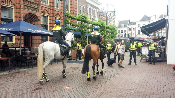 Politie te paard op weg naar de FC Basel-supporters op de Jansplaats.
