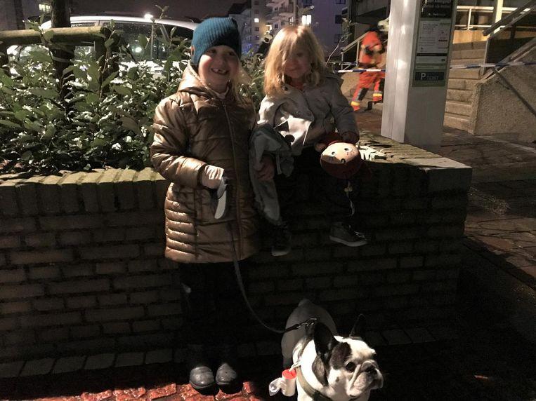 """De kinderen, Noor (6,5) en Louïse (2,5), bekomen buiten van de schrik. """"Gelukkig hebben we onze hond mee."""""""