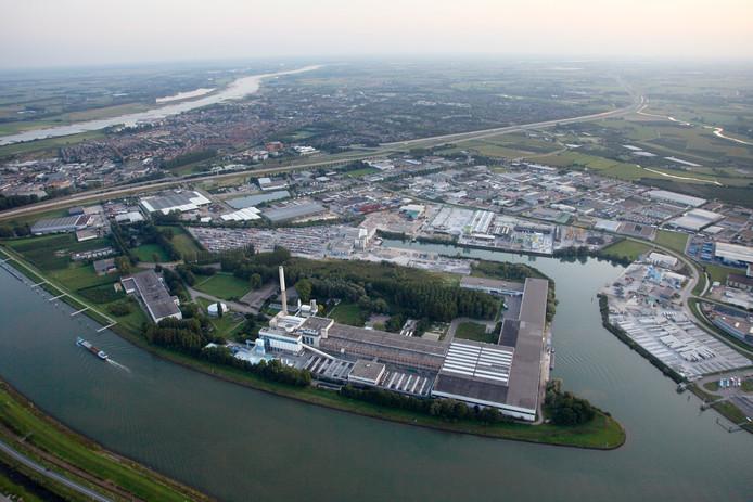 De glasfabriek van AGC aan de rand van bedrijventerrein Kellen in Tiel vanuit de lucht.