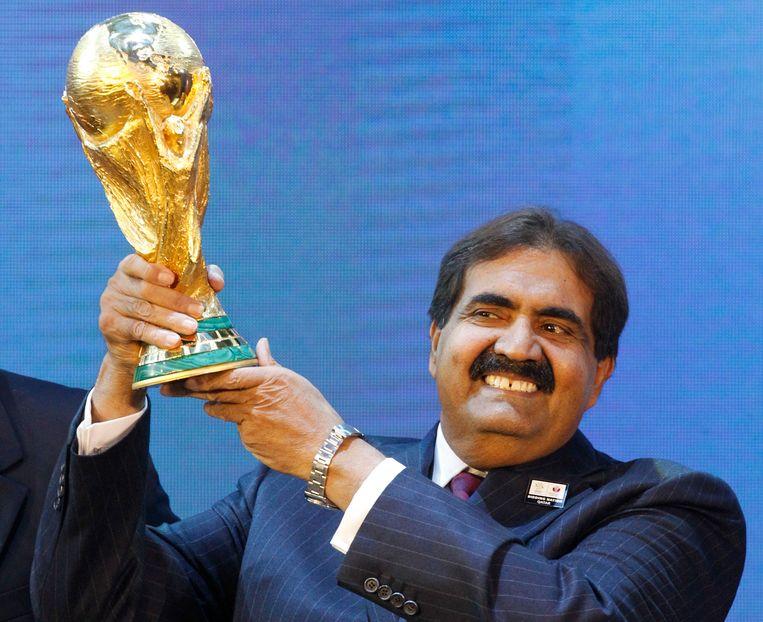 Hamad bin Khalifa Al-Thani, emir van Qatar, met de Wereldbeker in zijn handen.