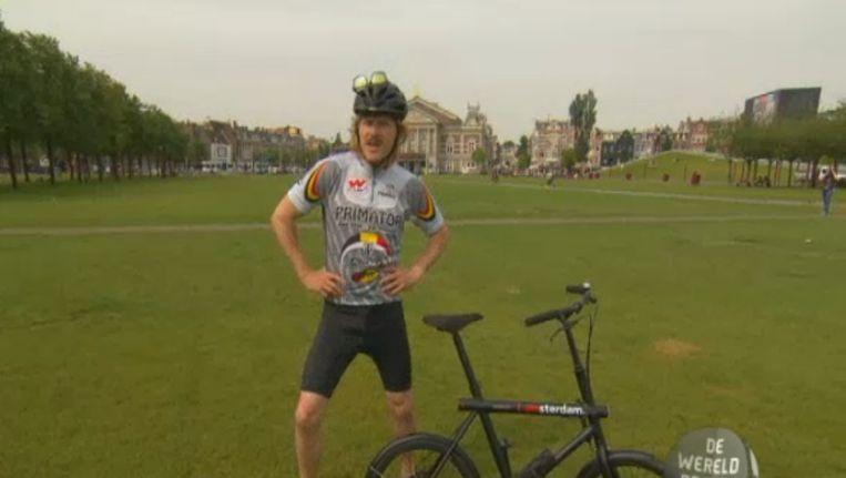 Maxim Hartman legt het fenomeen fietsen uit Beeld DWDD