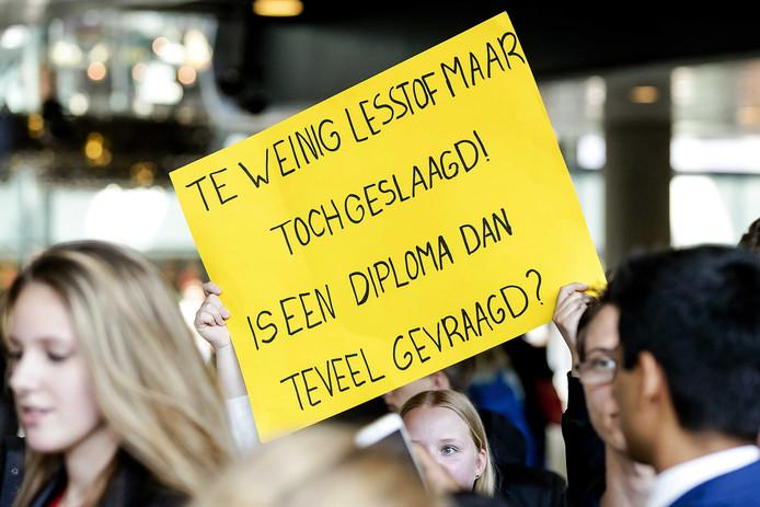 Leerlingen van VMBO Maastricht reisden naar Den Haag af om minister Arie Slob te vragen hun diploma's níet ongeldig te verklaren.