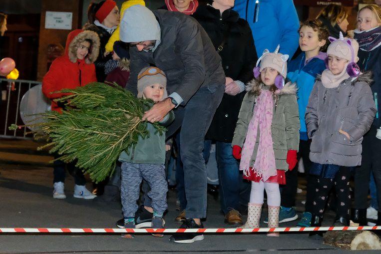 Ook kinderen mogen kerstboomwerpen.