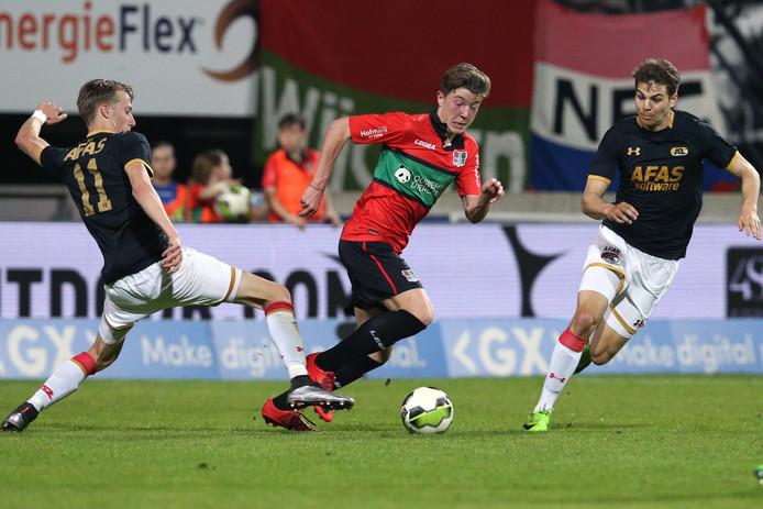 Ole Romeny (midden) breekt de wedstrijd open voor NEC tegen Jong AZ.