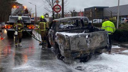 Pick-uptruck brandt volledig uit
