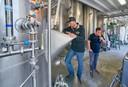 Alwin Houwing (rechts) proeft in bierbrouwerij Vandeoirsprong te Oirschot, samen met brouwer Frans Schamp, D'n Schele Os.