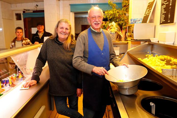 Johan Clausing en Tanja op hun laatste werkavond in snackbar Jolisa