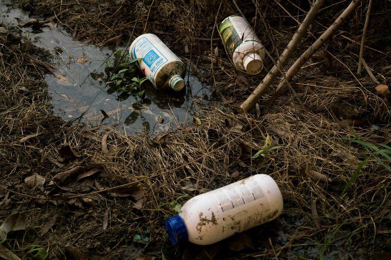 Lege flessen pesticide in een veld bij het Indiase dorp Mari Mustafa. Beeld Adriane Ohanesian