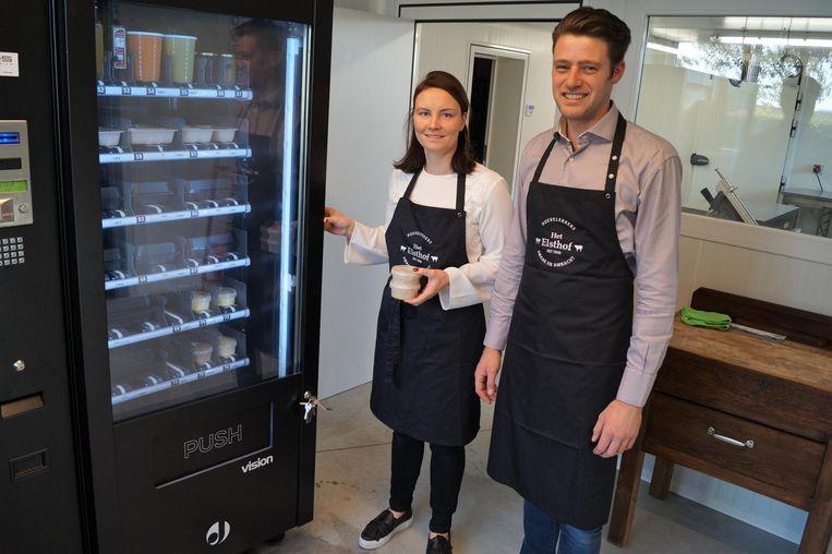 Elien Colpaert en Piet Vanbruwaene verkopen hun verse vleeswaren nu via een automaat in de Schuiferskapelsesteenweg 80.