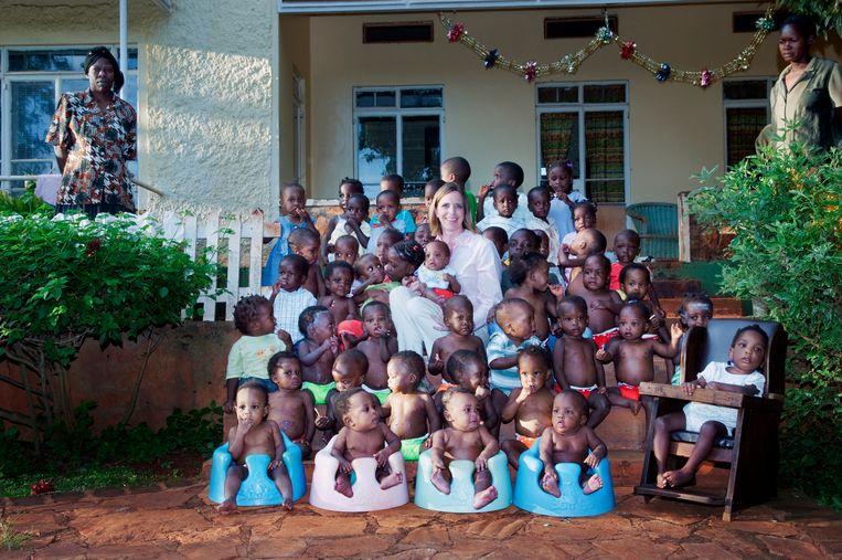 Danyne R. Bharj en de kinderen van Amani Baby Cottage in Jinja. De vrouw op de foto komt in het verhaal niet voor. Beeld Hollandse Hoogte / Redux Pictures
