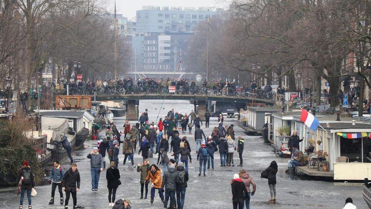 Amsterdammers schaatsen op de Prinsengracht Beeld -