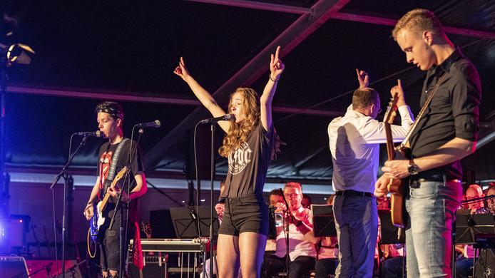 De Rockaholics brachten samen met de Vroomshoopse Harmonie de sfeer er goed in tijdens Rockin' Harmony.