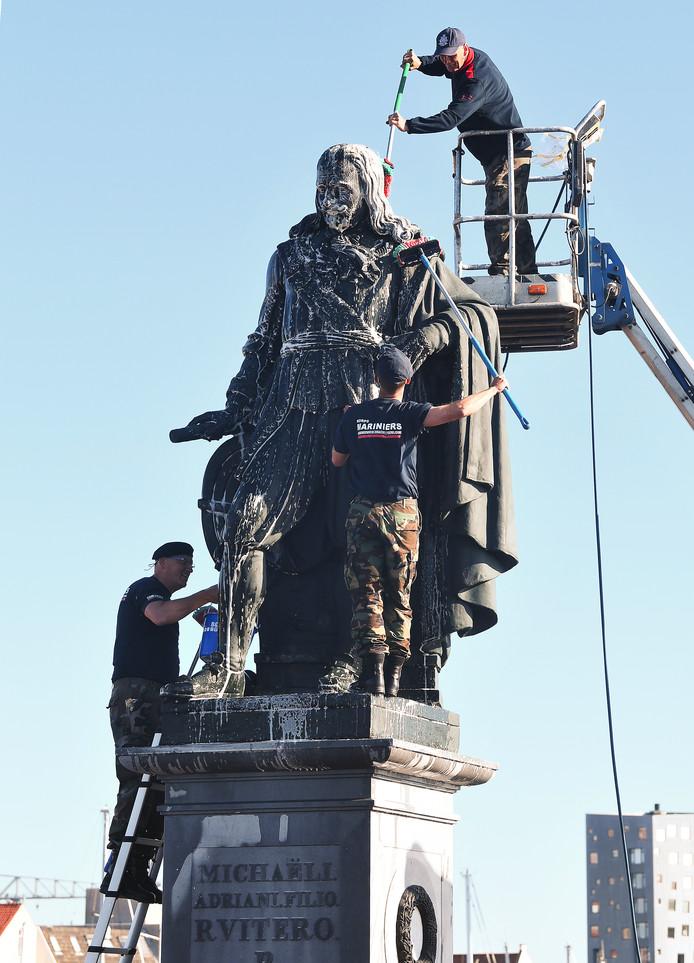 Oud-mariniers hebben zaterdag het standbeeld van Michiel de Ruyter in Vlissingen schoongemaakt.