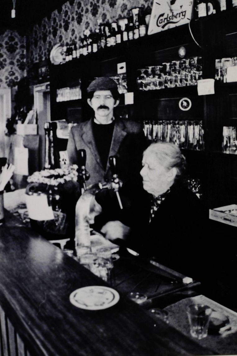 De moeder en broer van Elisabeth, de huidige uitbaatster, in café Zates.