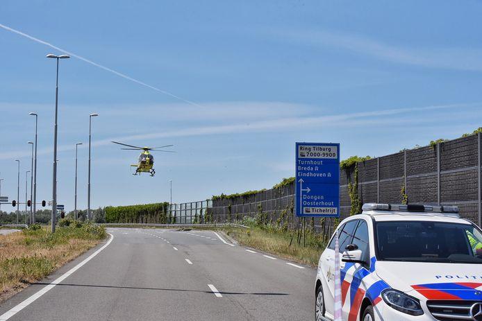 De traumahelikopter landt op de Burgemeester Letschertweg in TIlburg.
