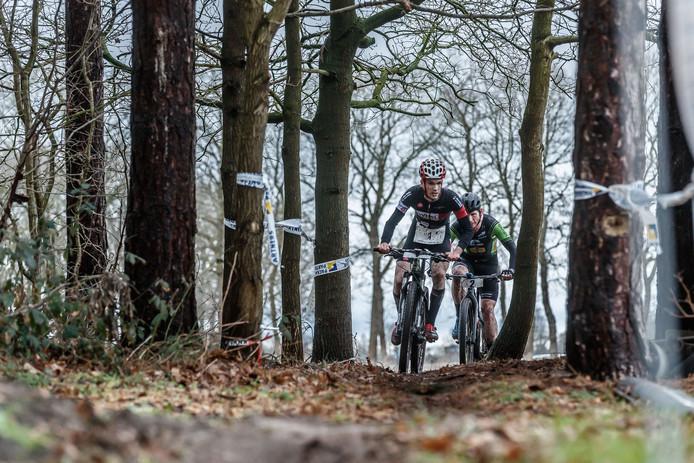 Etten-Leur - 10-2-2019 - Foto: Pix4Profs/Marcel Otterspeer - Crossduatlon bij 't Santspuy. Winnaar Wouter Wuilmus uit Rijckevorsel, hier vooraan nog onderweg in de derde ronde fietsen.
