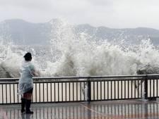 Tyfoon raast over Hongkong, straten staan blank