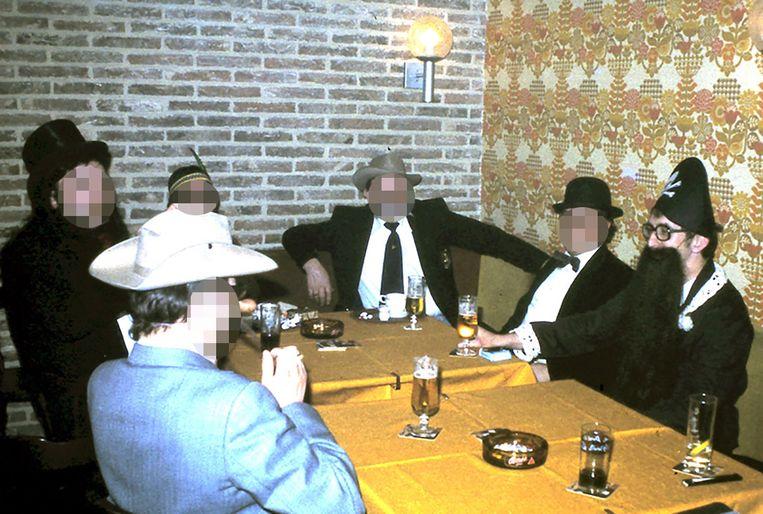 'De Reus', tijdens een carnavalsvergadering, helemaal rechts aan de tafel.