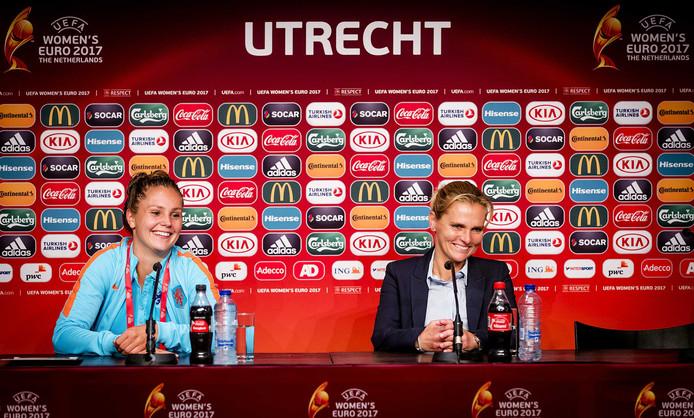 Lieke Martens en bondscoach Sarina Wiegman tijdens de persconferentie na afloop van de gewonnen openingswedstrijd.