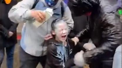 Agent in Seattle spuit pepperspray op groepje vreedzame betogers en raakt zevenjarig jongetje in het gezicht