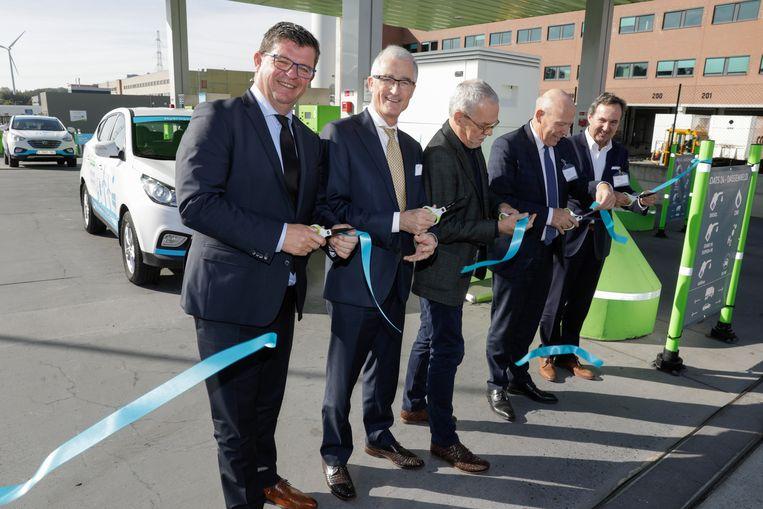 Energieminister Bart Tommelein, Vlaams minister-president Geert Bourgeois, Colruyt-CEO Jef Colruyt en Jos Delbeke bij de officiële inhuldiging van het eerste volledig geïntegreerde waterstoftankstation in Europa van Colruyt.