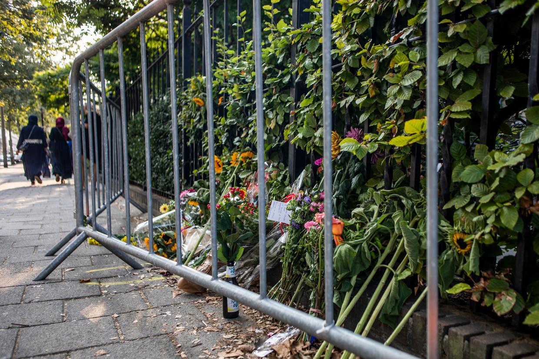 In de Eerste Oosterparkstraat werden bloemen neergelegd na het verkeersongeval.