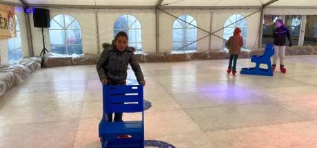 Geen ijs maar kunststof in Volkel. Toch is het schaatsen niet minder leuk
