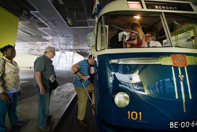 De 101, Arnhemse oudste trolleybus, op station Arnhem Centraal voor een toeristische rondrit door de stad.