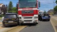 Vrachtwagen sleurt twee geparkeerde wagens mee