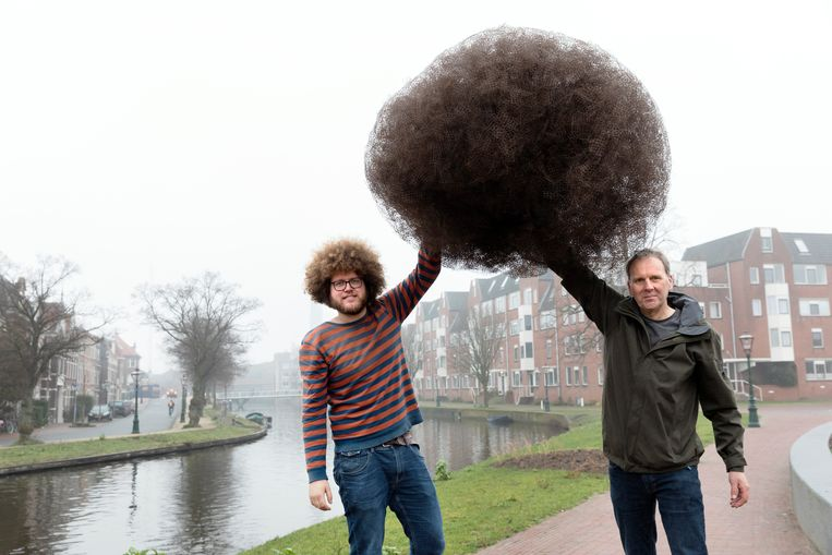 Auke-Florian Hiemstra (links) en Daniel Siepman met de 20.000 opgeraapte matjes van de Lammermarkt. Beeld Inge Van Mill