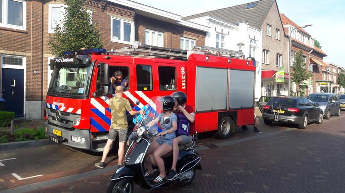 Brandweerwagens gingen de wijken in om zo zichtbaar te zijn op straat, zoals hier op de Daalseweg in Nijmegen.