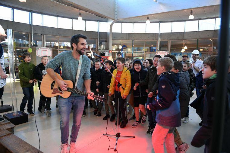De leerlingen genieten van een optreden van muzikant Arne