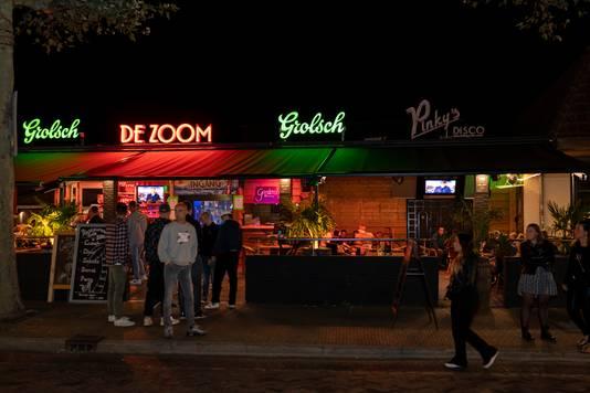 De neonverlichting van discotheek Pinky's staat uit.